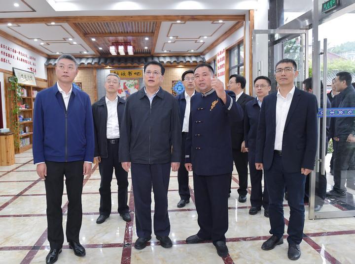 10月21日,省委书记袁家军赴遂昌县妙高街道东峰村,考察村文化长廊,了解村组织换届工作情况。